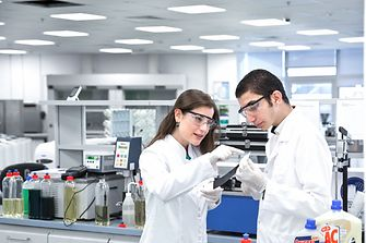 Two researchers in the Innovation Center in Dubai.
